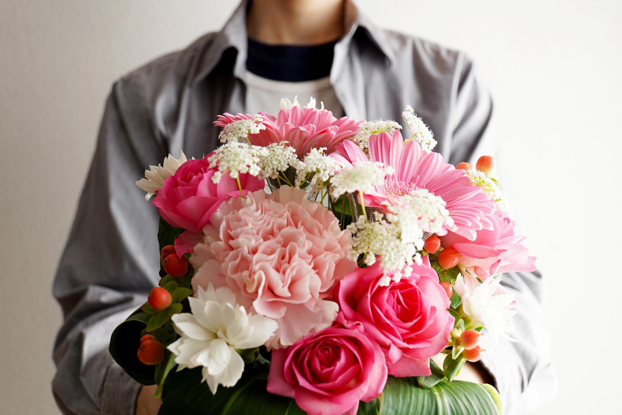 女性をキュン♡とさせる花束の正しい持ち方と渡し方