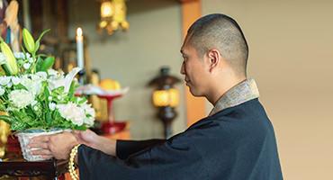 お盆の基礎知識・作法を僧侶に教わろう。時期・お供え(精霊馬・提灯・五供)・お墓参りマナーなど