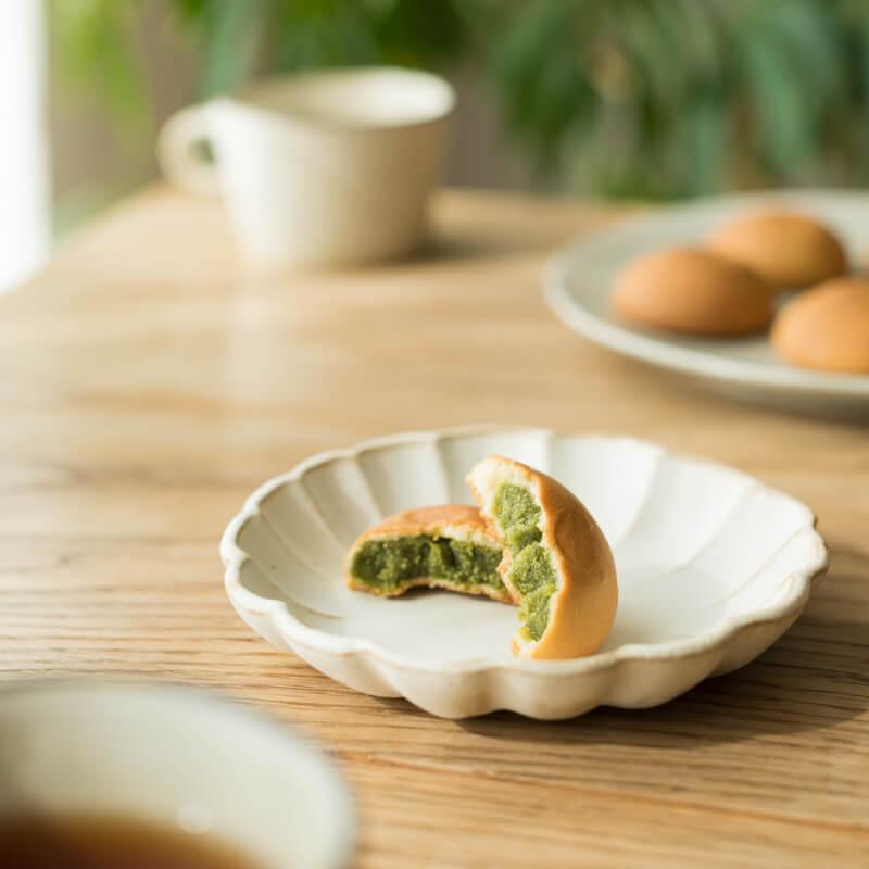 一口かじれば豊かなお茶の風味が広がります