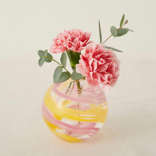 ころんと丸い形がお花を美しく見せます