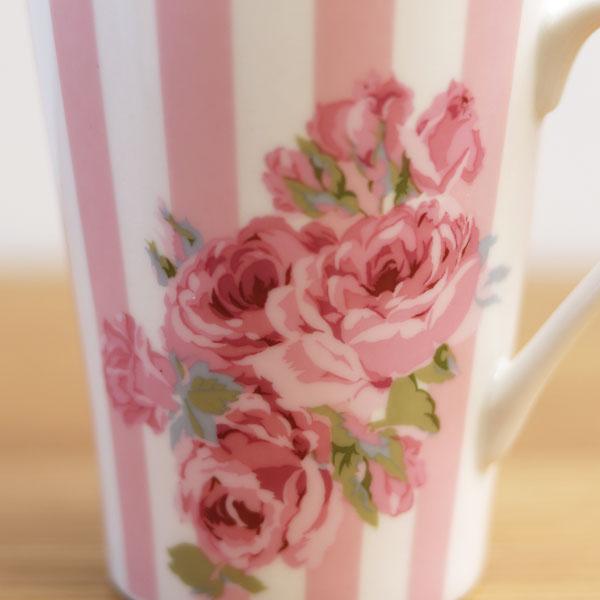 華やかなタッチで描かれたバラの花がポイント