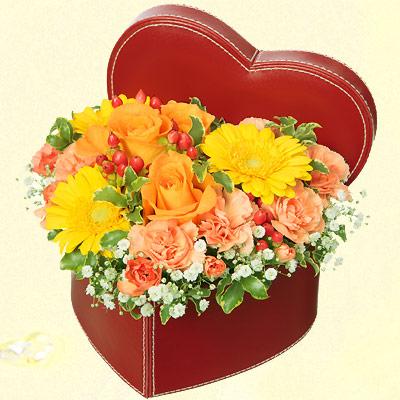 【誕生日フラワーギフト】イエローオレンジのハートボックスアレンジメント
