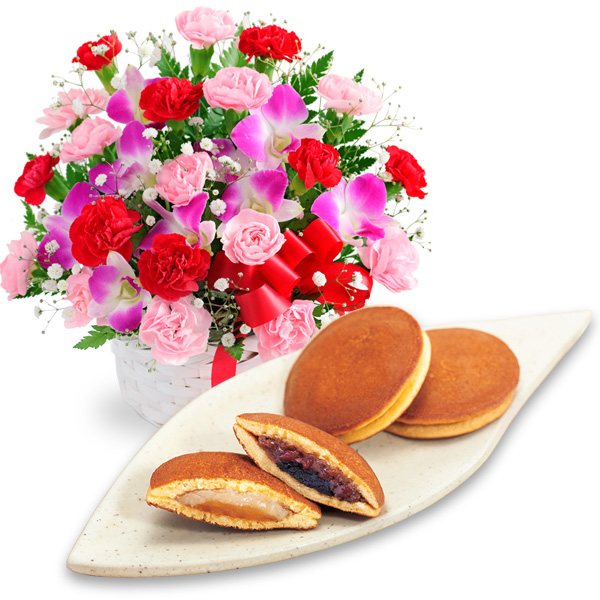 【母の日】カーネーションと赤リボンのバスケットと【果子乃季】山の口 どらやき 10個入 a64521282 |花キューピットの2019母の日プレゼント特集