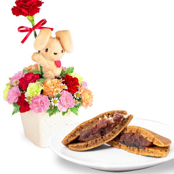 ラブリーうさぎのアレンジメントと山の口どらやき10個入 a79521233 |花キューピットの母の日 お花とセットの特集2020