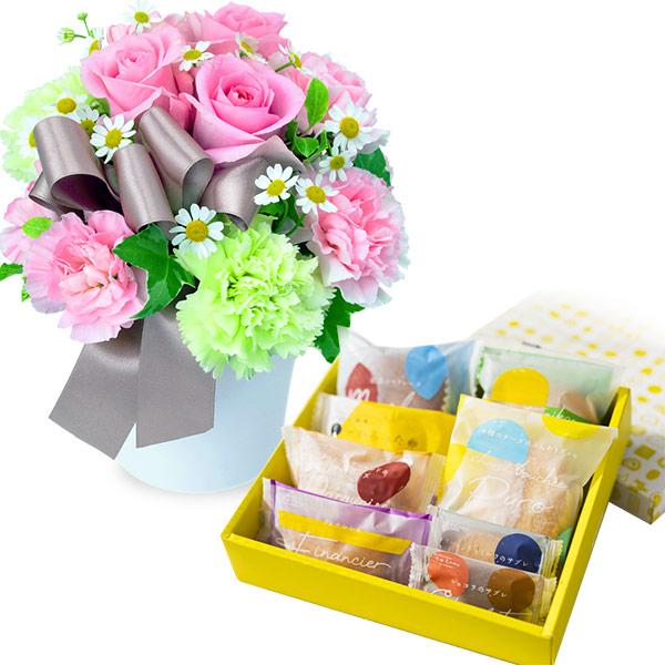 ピンクバラのナチュラルアレンジメントと【果子乃季】スイートツリー8種8個入 ab10512046 |花キューピットのお正月 お花とセットの特集2021