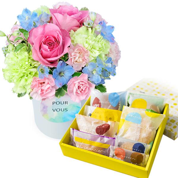 【夏の花贈り特集】ピンクバラのパステルアレンジメントと【果子乃季】スイートツリー8種8個入 ab10512200  花キューピットの夏の花贈り特集2020