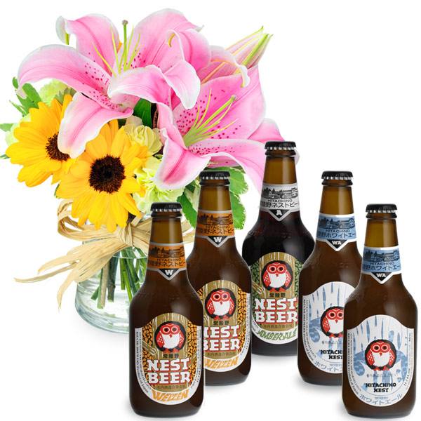 【夏の花贈り特集】ユリとひまわりのグラスブーケと常陸野ネストビール飲み比べ5本セット ub02512223 |花キューピットの夏の花贈り特集2020