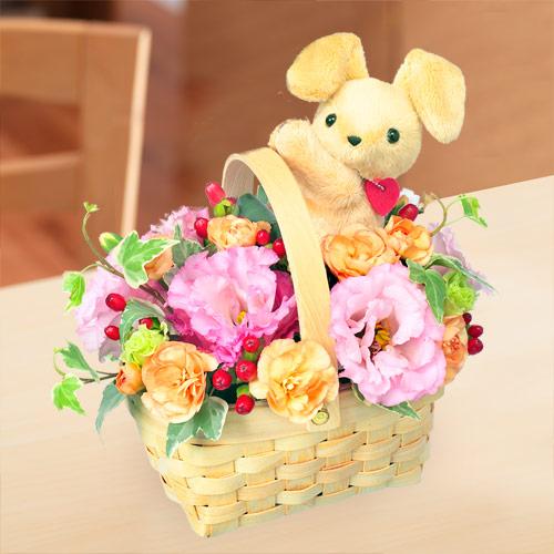 【お祝い】ラブリーうさぎバスケットラブリーうさぎが気持ちとお花をたっぷり詰めてお届けします。