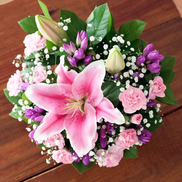 【敬老の日フラワー ランキング】ピンクユリのバスケット華やかなピンクユリにりんどうを添えて