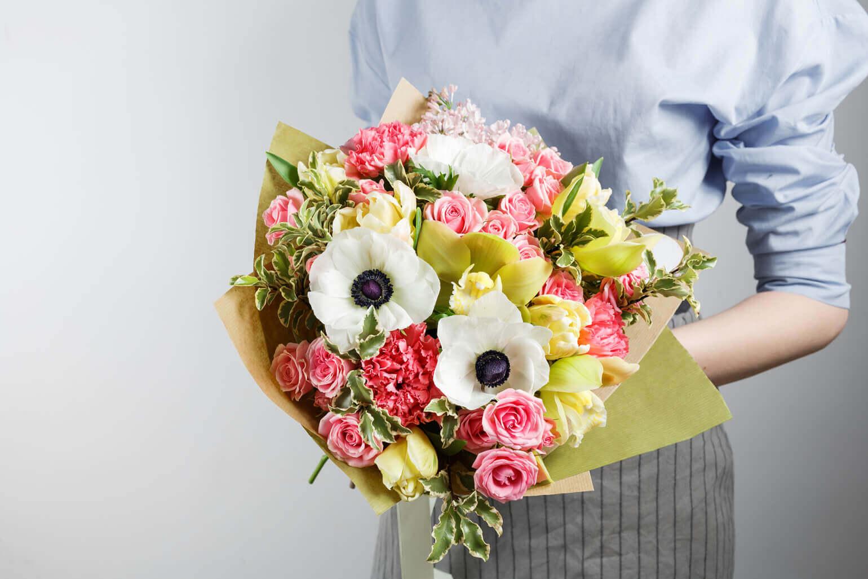 カーネーションのよさを引き立てる、華麗で豪奢なお花たち